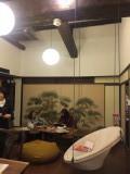 リビング2 ブランコのようなソファ。ふすまには、料亭の名残でしょうか立派な松の日本画。