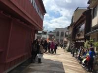 ひがし茶屋街ではいくつかの外国人観光客の団体が、時間の調整をしていました。