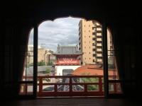 新館2階の窓からみた楼門。いたるところで眺めが計算されていました。