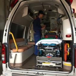 救急車の後部。コンパクトに収納されているのですね。